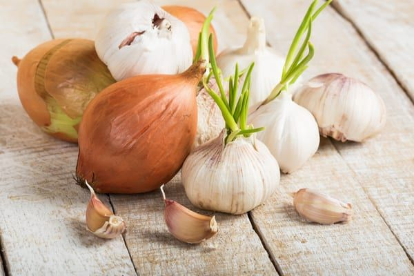 Garlic and onions are common home remedies for colds (Photo: Shutterstock)