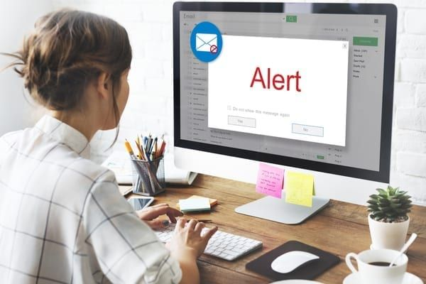Links within the emails lure victims to phishing websites (Photo: Shutterstock)